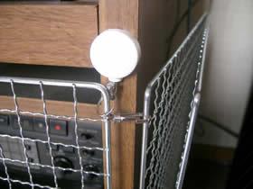 釘タイプのピンで固定するフックでフェンスを固定した画像